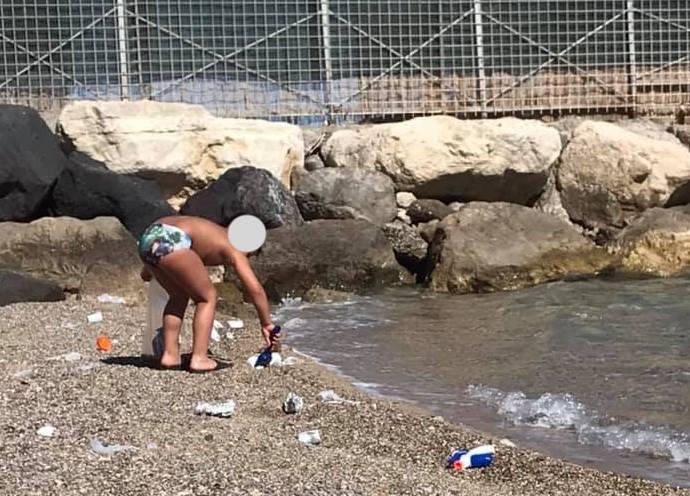 Bambino-Spiaggia-Pulizia
