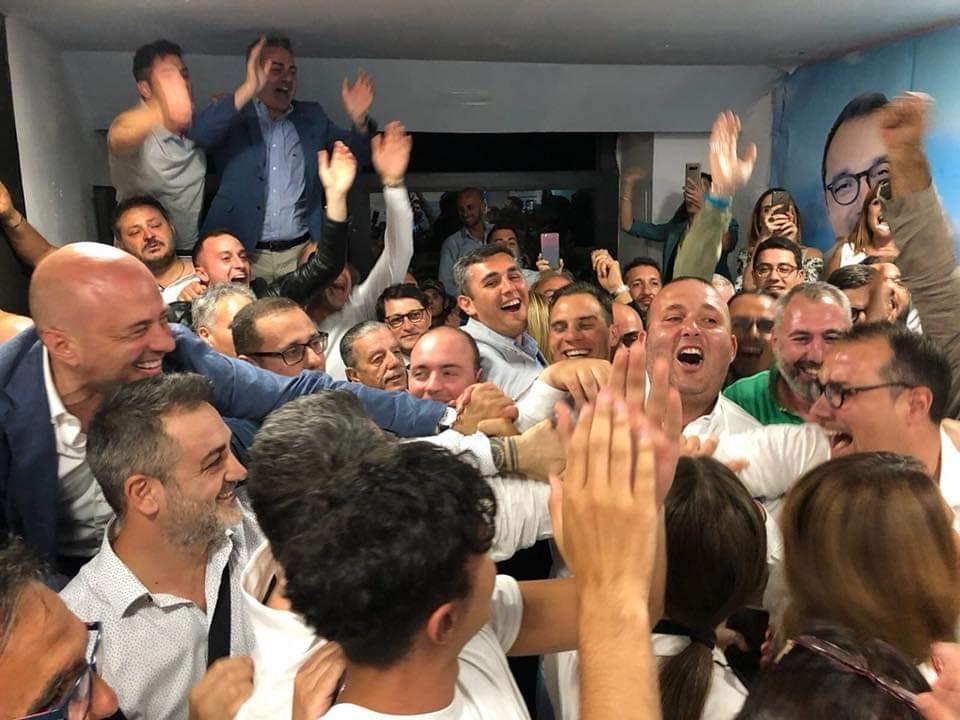 I festeggiamenti del centrodestra alla vittoria di Cimmino, con Pentangelo e il figlio di Cesaro